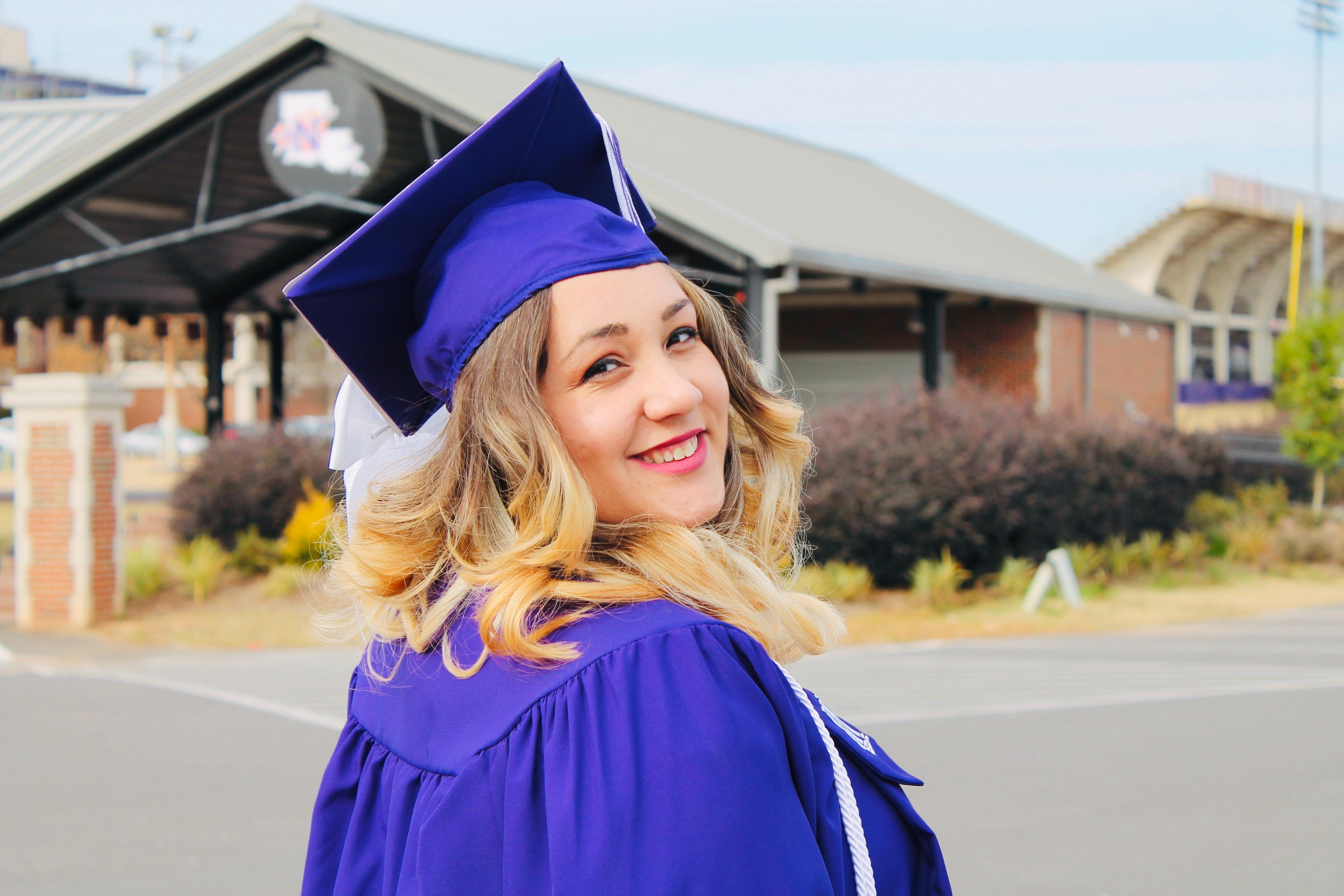 Etudiant diplomé heureux et épanoui