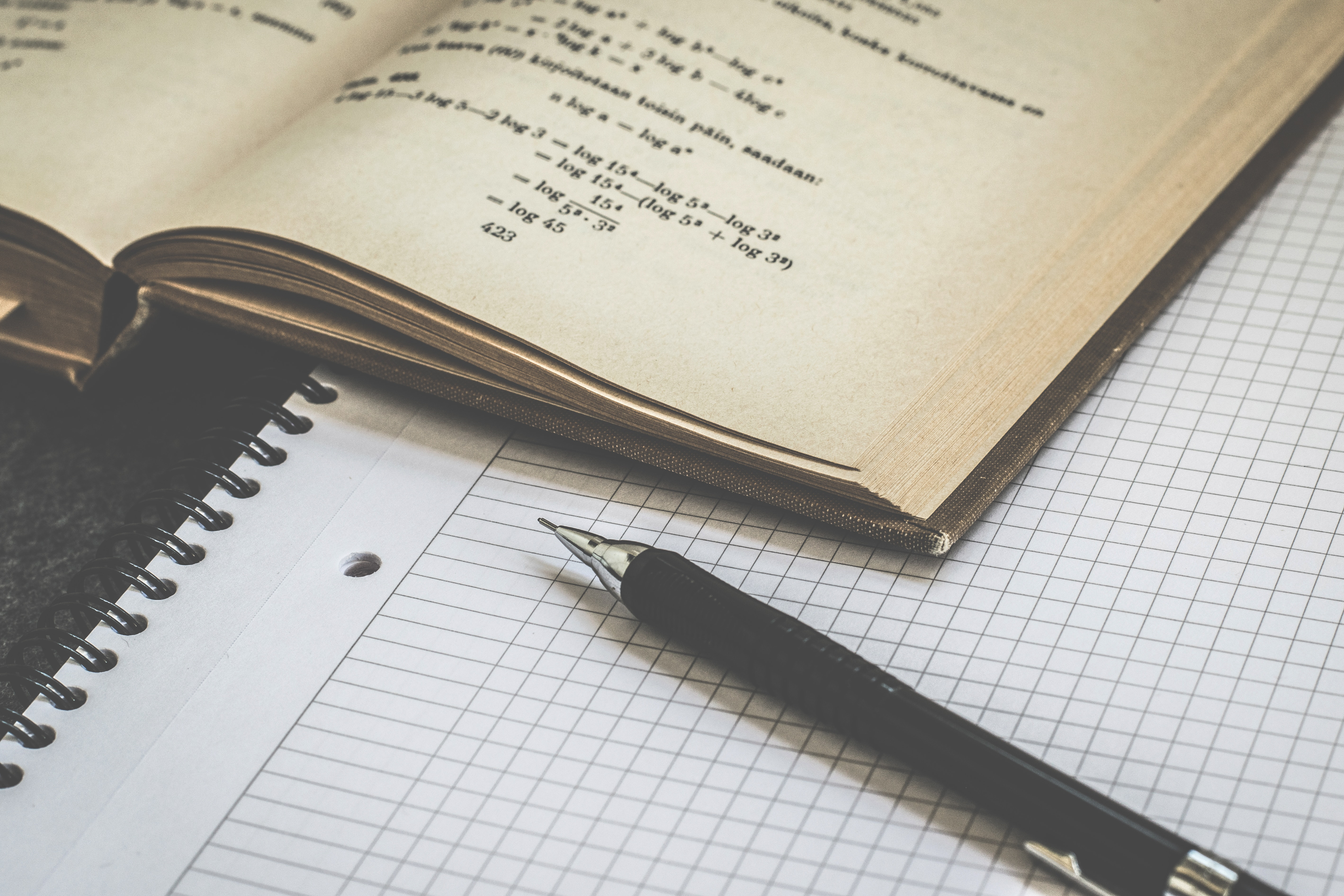 mathématiques livre avec cahier et stylo