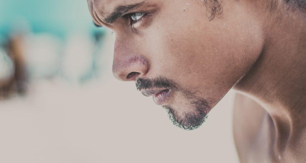 Homme concentré et déterminé